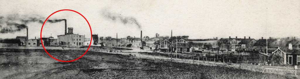 Här ses fabriksområdet kring 1910. Till vänster i bild ligger en anläggning som ursprungligen innehöll Hvellinge mekaniska verkstad. Markerad med röd ring finner vi Spritfabriken med den imponerande skorstenen. Den var 22 meter hög och revs 1959. Framför fabriken till höger syns lokstallet med trappgavlar. Ungefär mitt i bild ligger Börjessons spannmål. Bilden är tagen från Gästgiveriets grind mot nuvarande torget. Snett genom bilden går järnvägen mot Hököpinge.