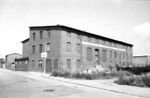 Fabriken från Perstorpsgatan under dess tid som byggvarumagasin.