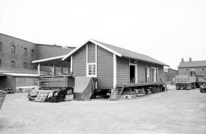 Detta magasin tillhörde ursprungligen järnvägen och flyttades hit på 1960-talet. Det låg tidigare inne på tomten som tillhör »Willys«, men har nu flyttas närmre »Spritfabriken«.